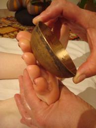 Photo d'un massage au bol Kansu sur les pieds a SoiZen